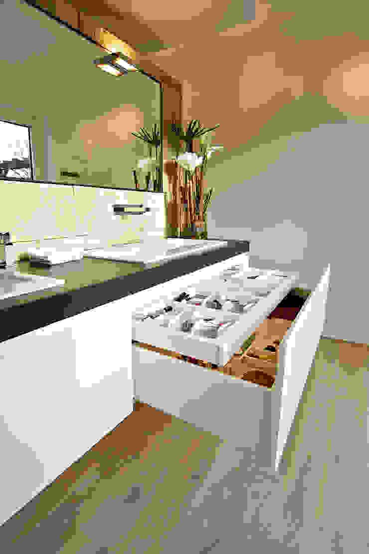 Waschtisch mit Apothekerschrank: modern  von Helm Design by Helm Einrichtung GmbH,Modern