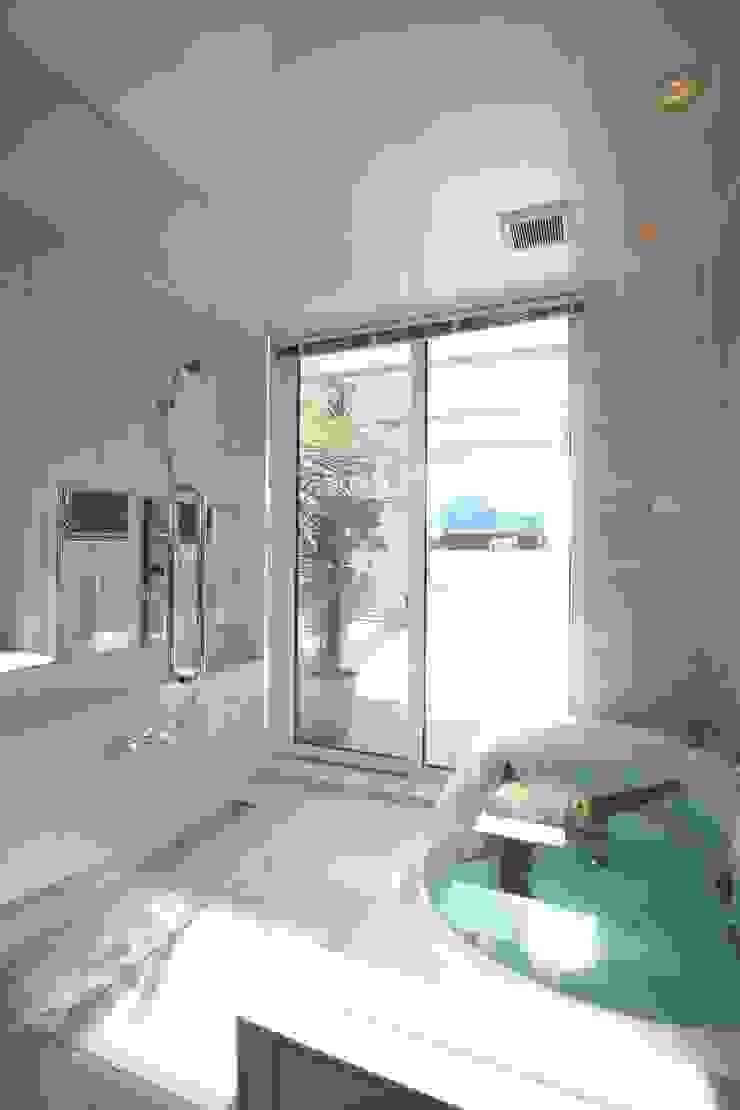 サッシを開ければウッドデッキ モダンスタイルの お風呂 の TERAJIMA ARCHITECTS モダン
