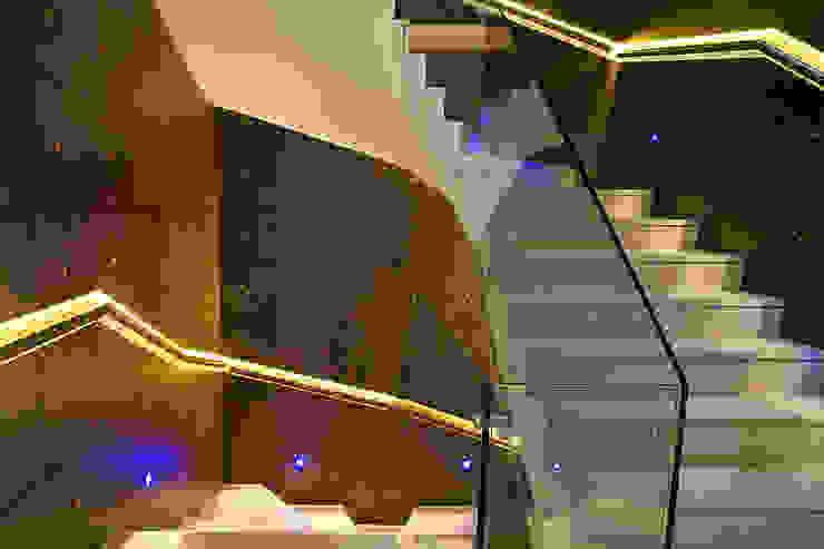 Corredores e halls de entrada  por Zbigniew Tomaszczyk  Decorum Architekci Sp z o.o., Moderno