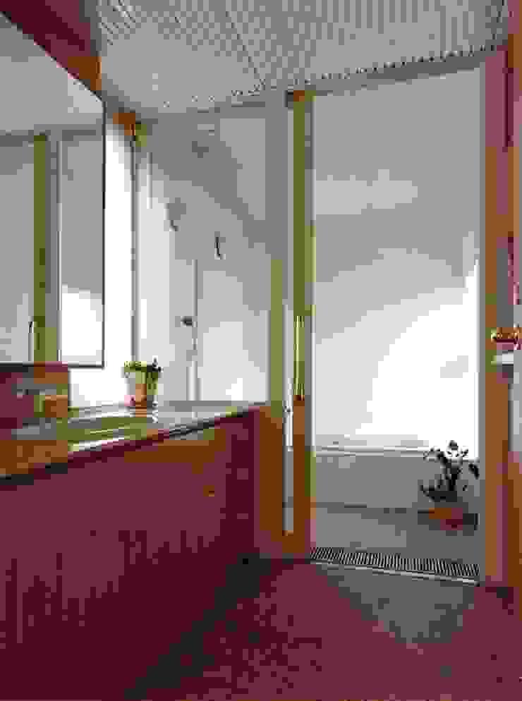 Moderne badkamers van アトリエ空一級建築士事務所 Modern