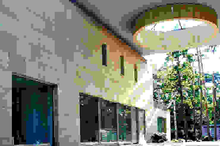 Rezydencja pod Warszawą III Nowoczesne domy od Zbigniew Tomaszczyk Decorum Architekci Sp z o.o. Nowoczesny