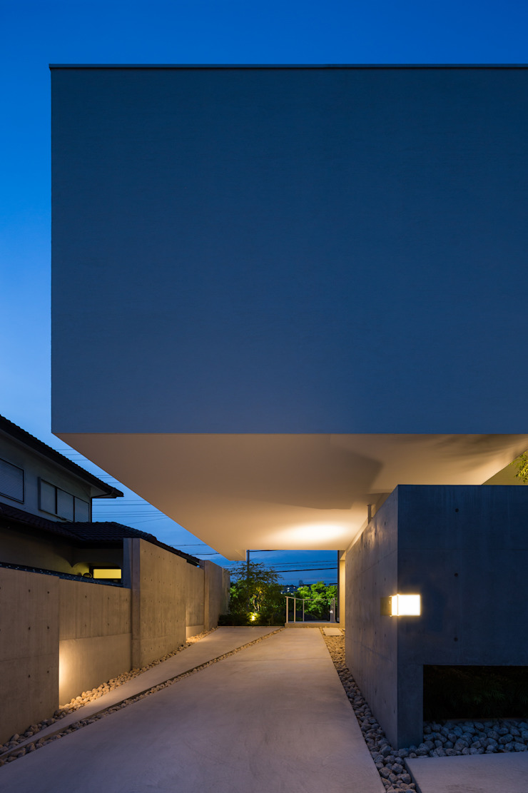 The House supplies a monotonous street with a passing view モダンデザインの ガレージ・物置 の Kenji Yanagawa Architect and Associates モダン