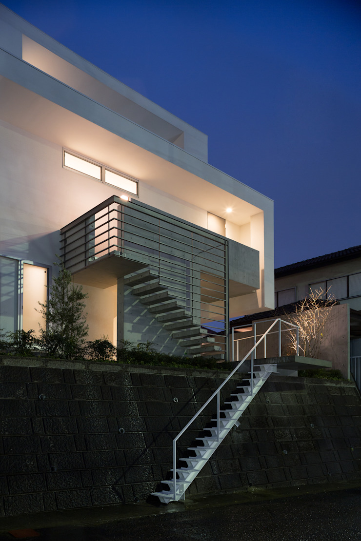 The House supplies a monotonous street with a passing view モダンな 家 の Kenji Yanagawa Architect and Associates モダン