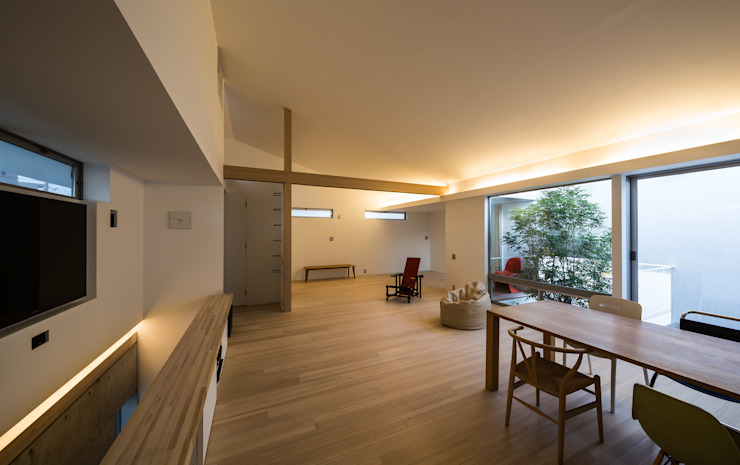 The House supplies a monotonous street with a passing view モダンデザインの リビング の Kenji Yanagawa Architect and Associates モダン