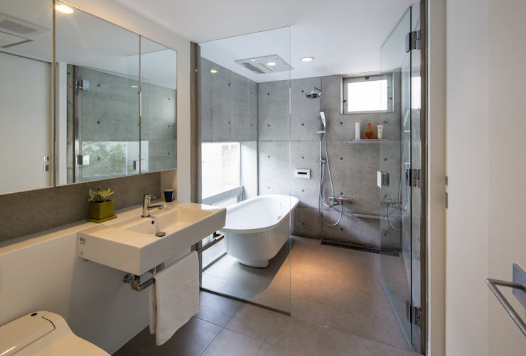 Bathroom by Kenji Yanagawa Architect and Associates,