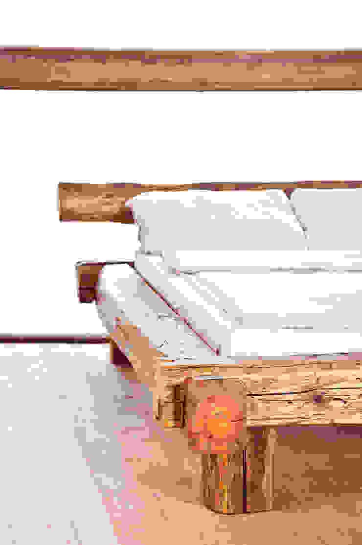 Balken Bett von edictum - UNIKAT MOBILIAR Rustikal