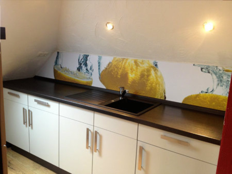 Küche nach Montage unserer Zitronen-Rückwand: modern  von Schön und Wieder,Modern