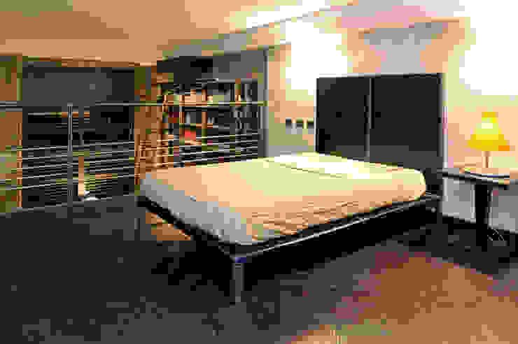Italian Loft Camera da letto in stile industriale di vemworks Industrial
