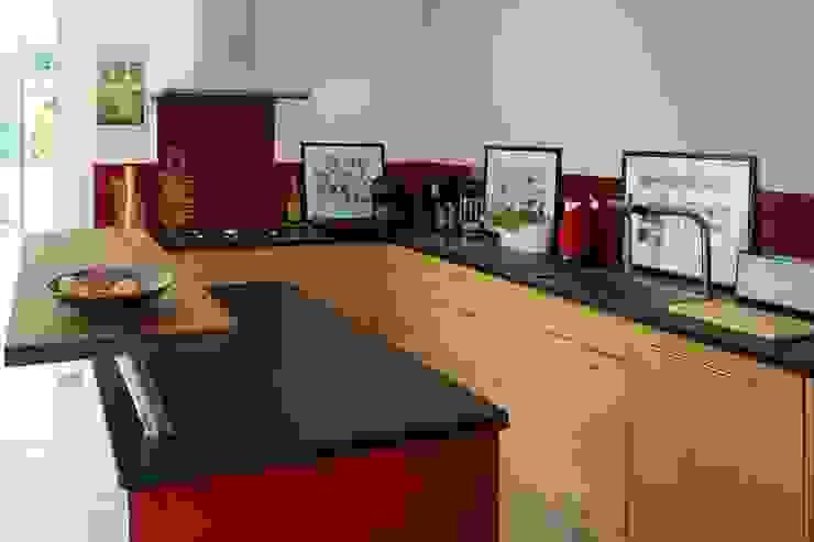 Cucina moderna di Lignum Möbelmanufaktur GmbH Moderno