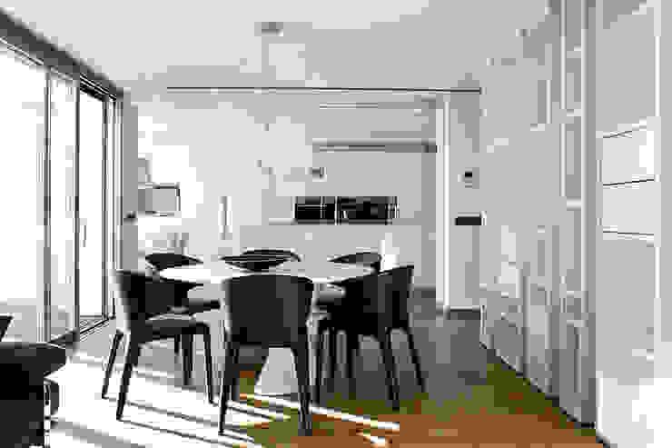 Salón comedor con vistas a la cocina. La Pobla. Chiralt Arquitectos. Dormitorios de estilo moderno de Chiralt Arquitectos Moderno