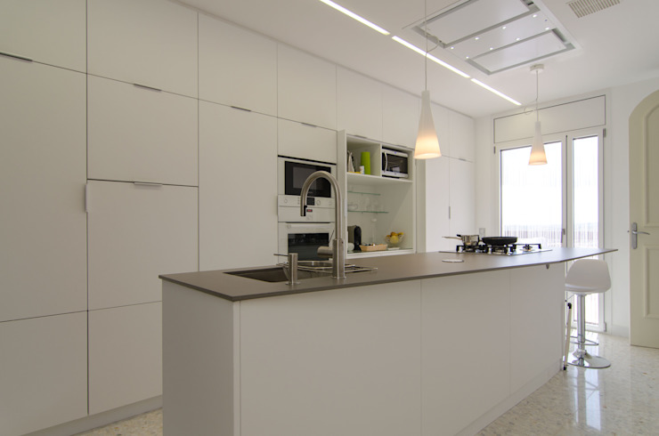 Modern kitchen by Trestrastos Modern