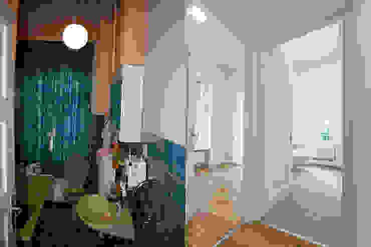 Bad vor und nach der Sanierung: modern  von Wohnwert Innenarchitektur,Modern