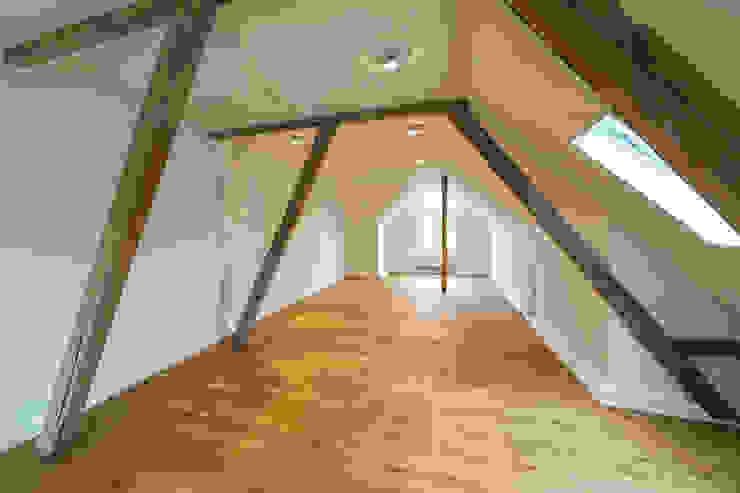 Das Dachgeschoss nach der Sanierung Moderne Esszimmer von Wohnwert Innenarchitektur Modern