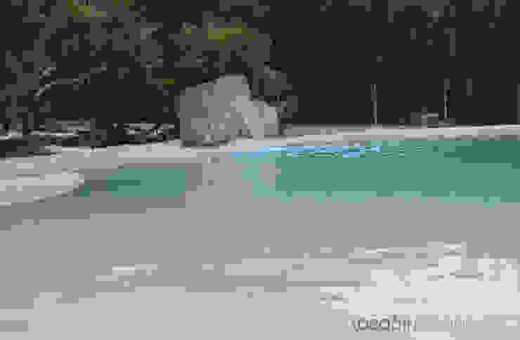 Paisajismo en un jardín con una piscina de arena. Piscinas de estilo mediterráneo de Ideas Interiorismo Exclusivo, SLU Mediterráneo