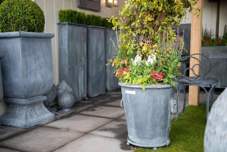 Troy Zinc Planter de A Place In The Garden Ltd. Rústico