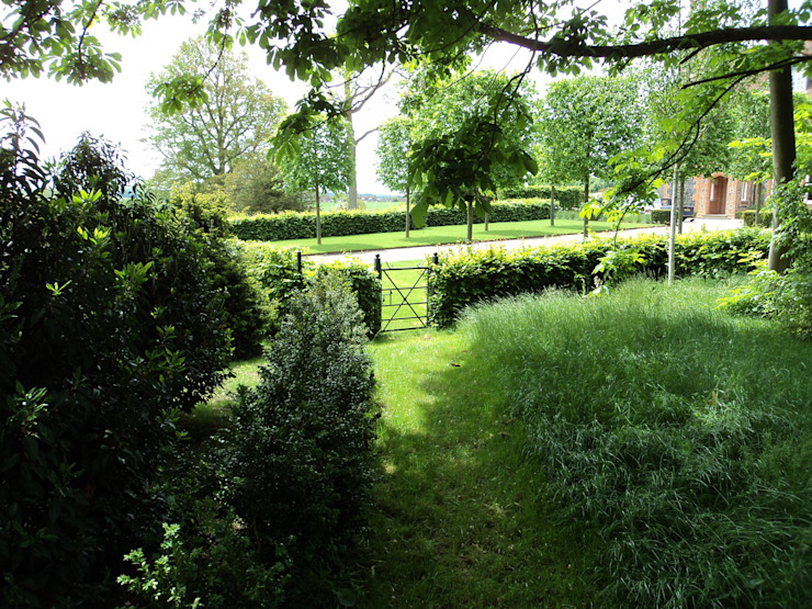 Garden gate: classic  by Deakinlock Garden Design, Classic