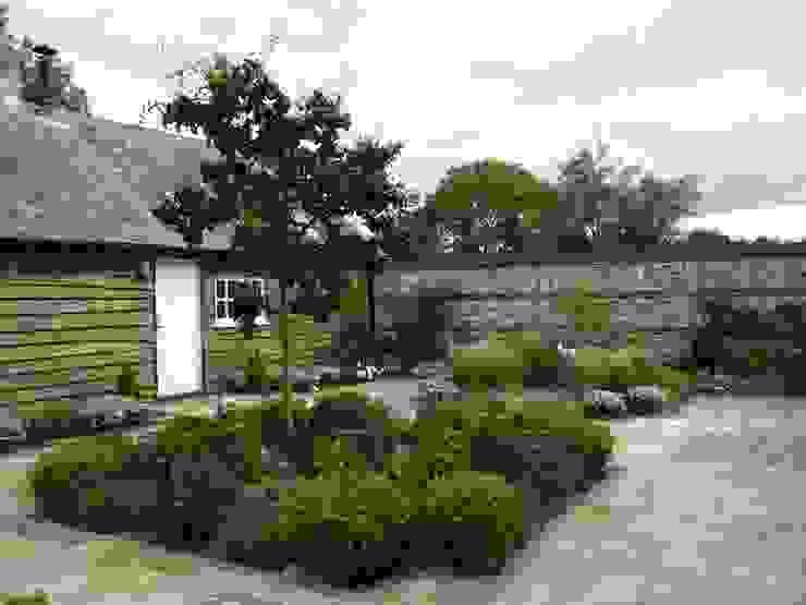 Small Country Garden by designerGardens