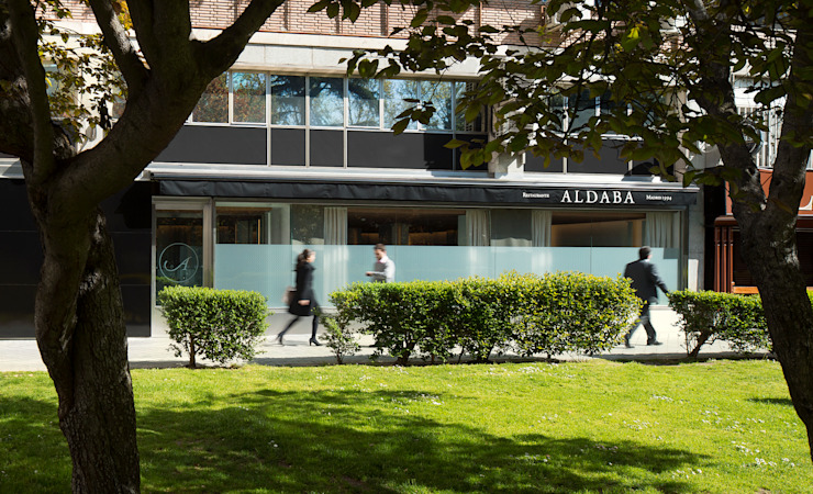 RESTAURANTE ALDABA Gastronomía de estilo moderno de ISABEL LOPEZ VILALTA + ASOCIADOS Moderno