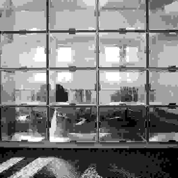 ステンレスボックスのスクリーンを通して の Yoshiharu Shimazaki Architect Studio,INC モダン