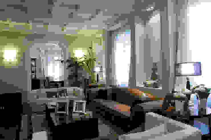 una casa classica Soggiorno classico di archbcstudio Classico