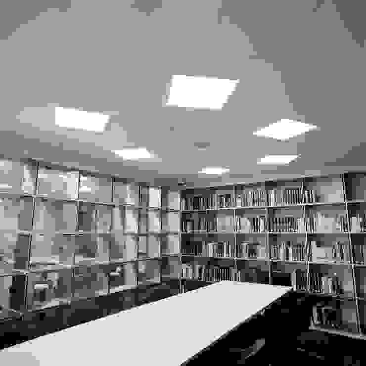 閲覧室からエントランスホール の Yoshiharu Shimazaki Architect Studio,INC モダン
