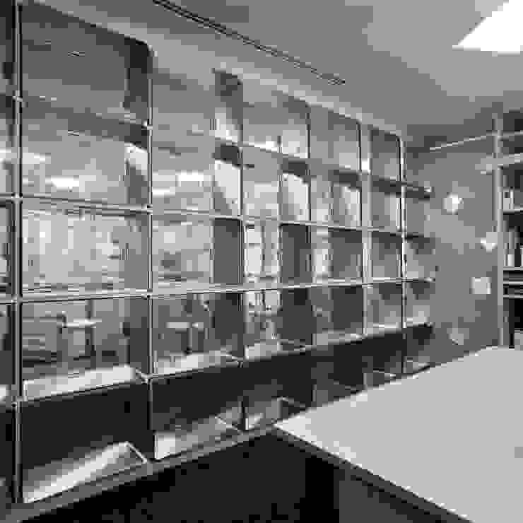 事務室からエントランスホール の Yoshiharu Shimazaki Architect Studio,INC モダン