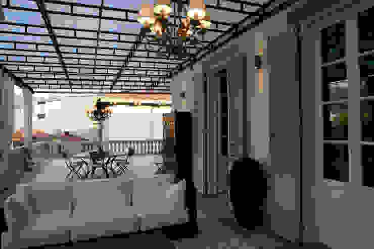 una casa classica Balcone, Veranda & Terrazza in stile classico di archbcstudio Classico