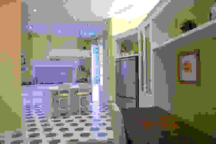 una casa classica Cucina in stile classico di archbcstudio Classico