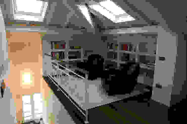 angolo studio di mansarda Studio in stile classico di archbcstudio Classico