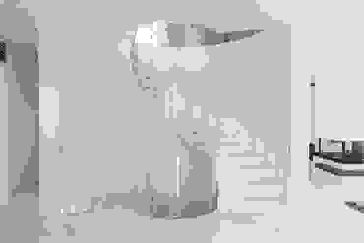 Minimalist corridor, hallway & stairs by StudioG Minimalist