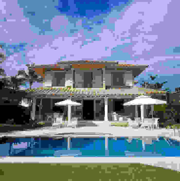 Casa Iporanga Casas tropicais por Studio Oscar Mikail Tropical
