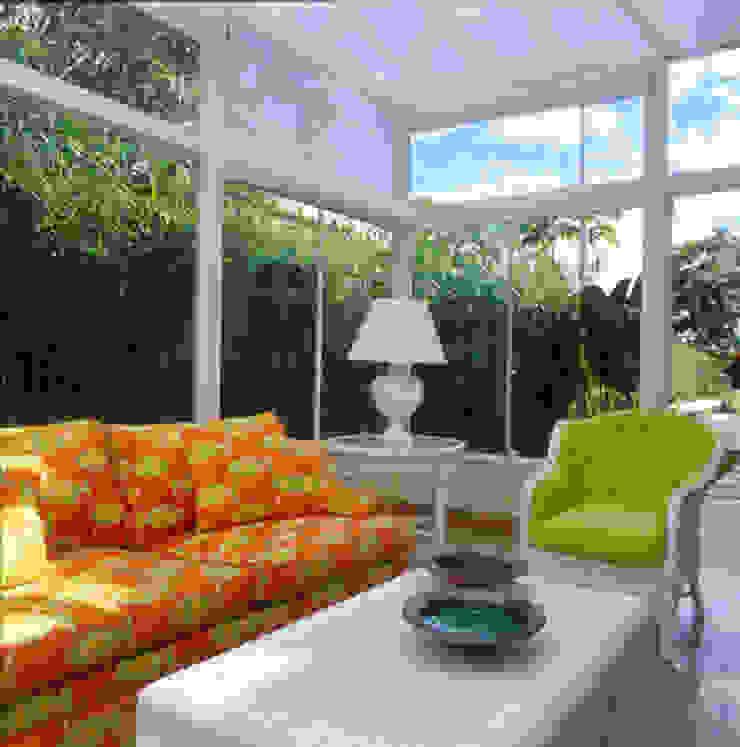 Casa Iporanga Varandas, alpendres e terraços tropicais por Studio Oscar Mikail Tropical