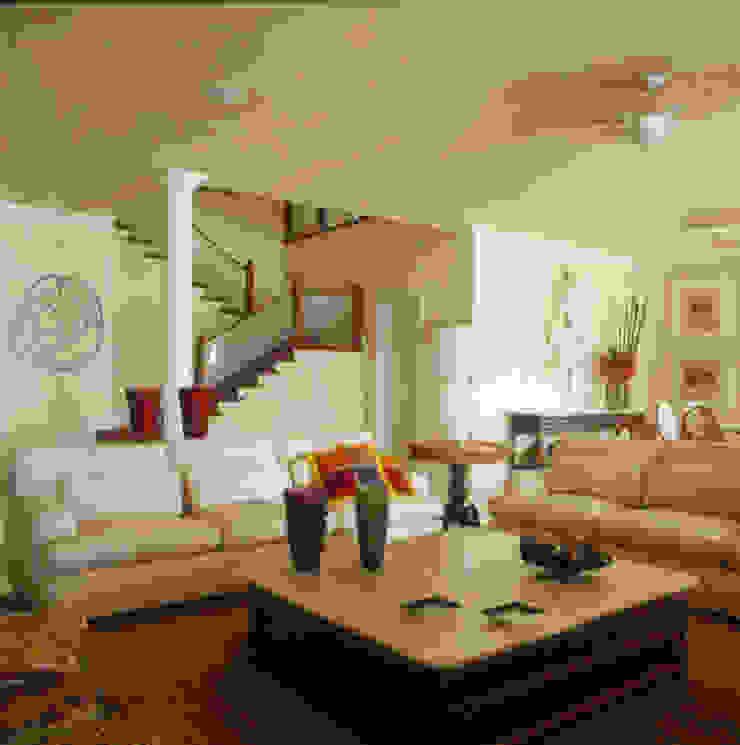Casa Iporanga Salas de estar tropicais por Studio Oscar Mikail Tropical