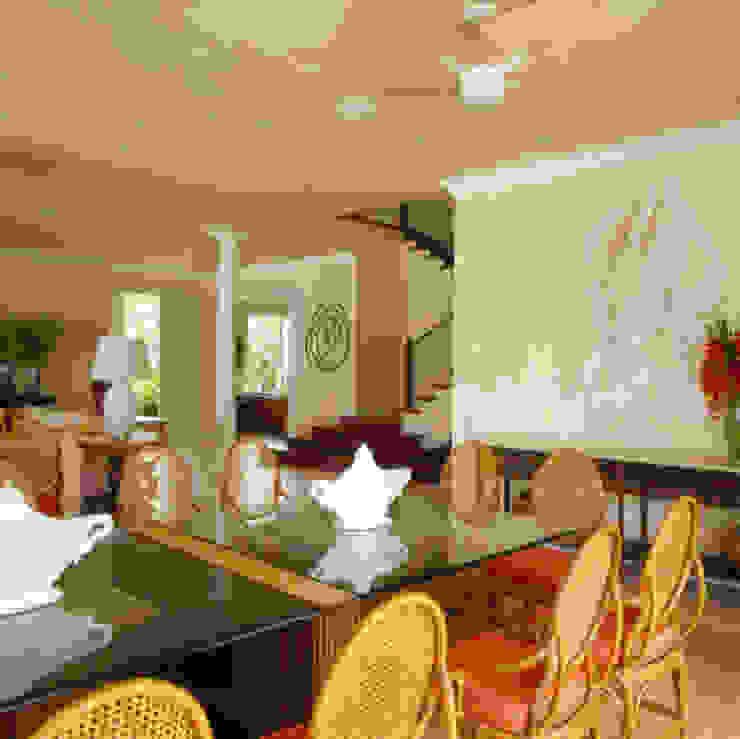 Casa Iporanga Salas de jantar tropicais por Studio Oscar Mikail Tropical