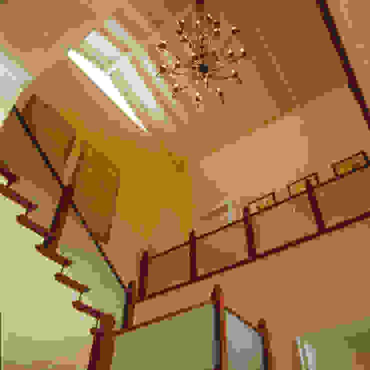 Casa Iporanga Corredores, halls e escadas tropicais por Studio Oscar Mikail Tropical