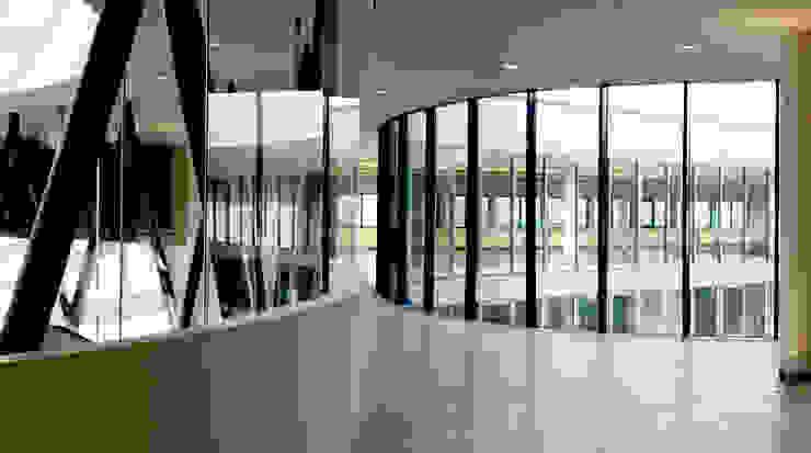 Erschließungs- und Kommunikationsbereich Moderner Fitnessraum von SEHW Architektur GmbH Modern
