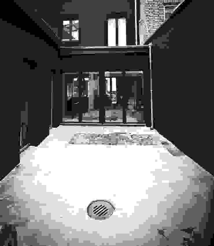 H93_Innenhof Industrialer Balkon, Veranda & Terrasse von SzturArchitekten GmbH Industrial