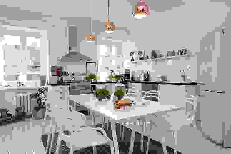 Alvhem Mäkleri & Interiör - kitchen Salas de estar escandinavas por Magdalena Kosidlo Escandinavo