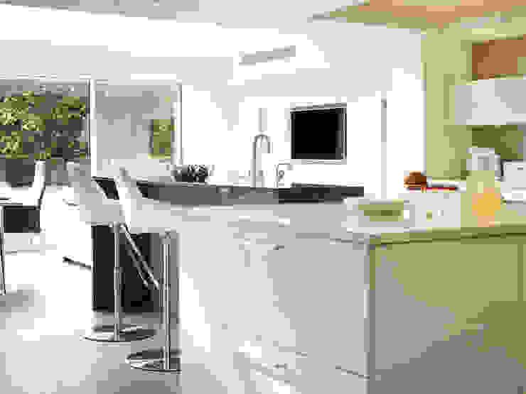 MR & MRS SAMUEL'S KITCHEN: modern  by Diane Berry Kitchens, Modern