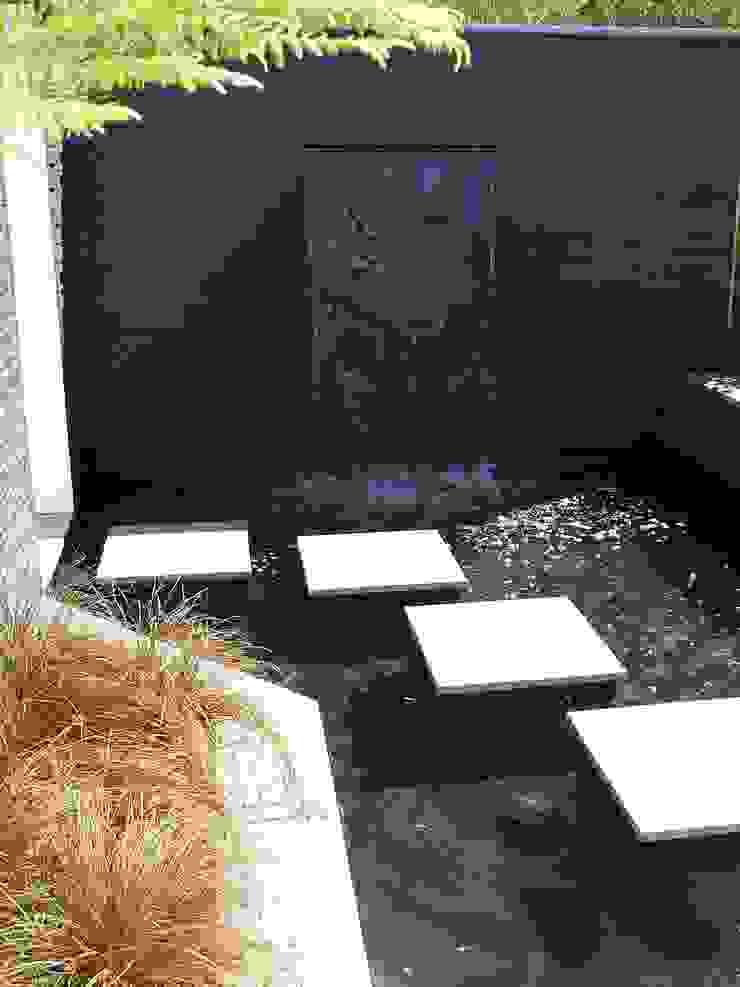 A Contemporary <q>Oasis</q> Modern garden by Kevin Cooper Garden Design Modern