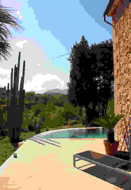 Piscina en Capdella, Mallorca Piscinas de estilo mediterráneo de Joan Miquel Segui Arquitecte Mediterráneo