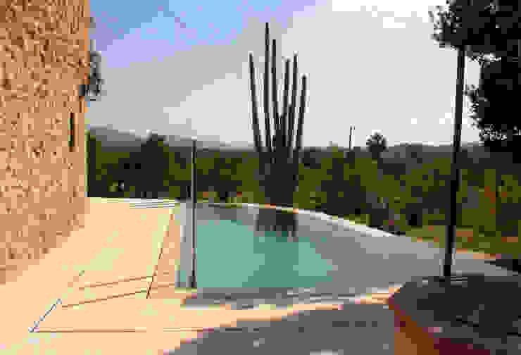 Swimming Pool in Capdella, Majorca Бассейн в средиземноморском стиле от Joan Miquel Segui Arquitecte Средиземноморский Камень