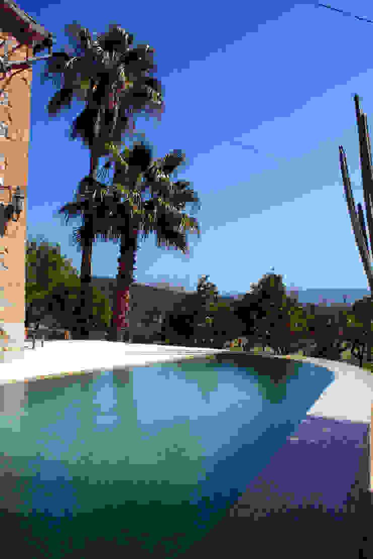 Piscina en Capdella, Mallorca Piscinas de estilo mediterráneo de Joan Miquel Segui Arquitecte Mediterráneo Piedra