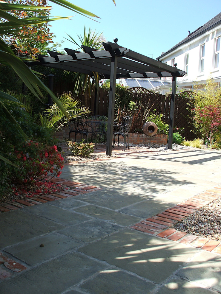 The <q>Courtyard</q> Garden Classic style garden by Kevin Cooper Garden Design Classic
