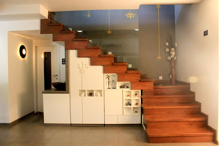 STAIRS IN LIVING de atuljoshi innovations Moderno