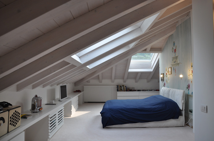 Renovation and interior design attic モダンスタイルの寝室 の F_Studio+ dell'Arch. Davide Friso モダン