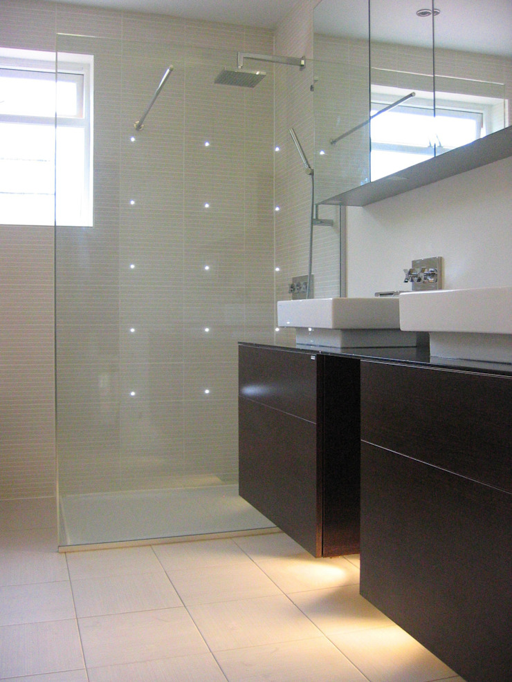 luxury bathroom Baños de estilo moderno de in and out design Moderno