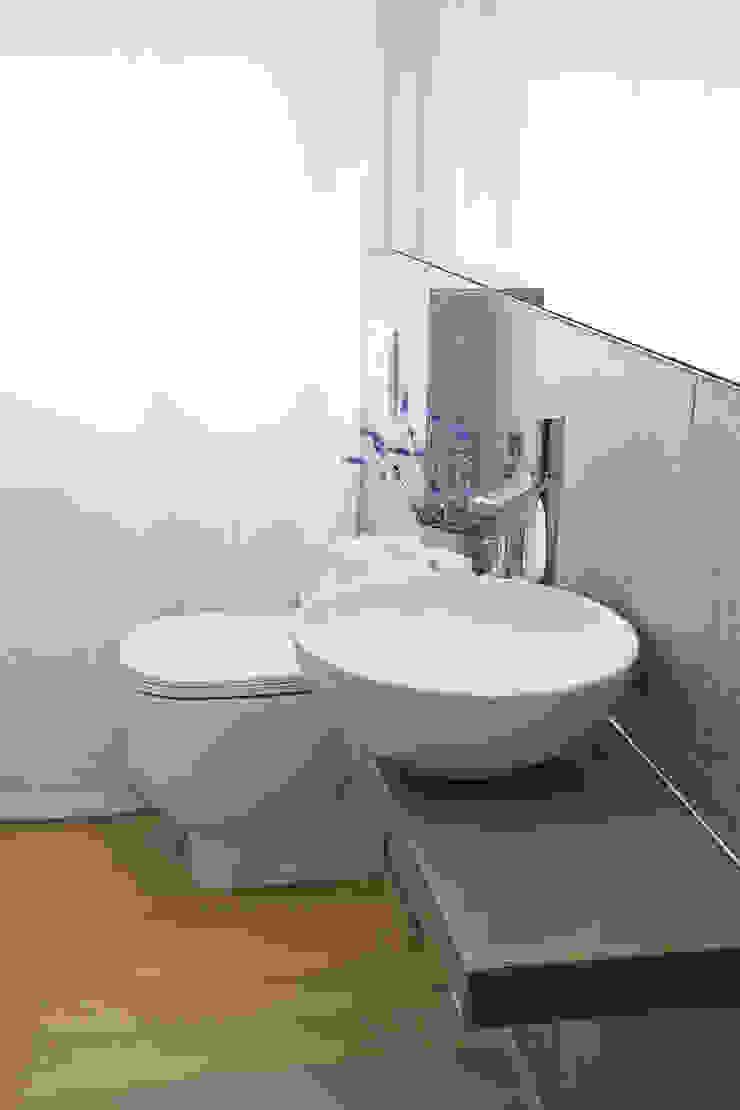 Il bagno di servizio, dopo Bagno moderno di STUDIO PAOLA FAVRETTO SAGL Moderno Ceramica