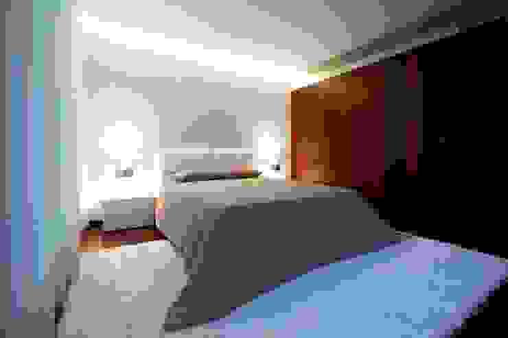 Bedroom by Risco Singular - Arquitectura Lda,