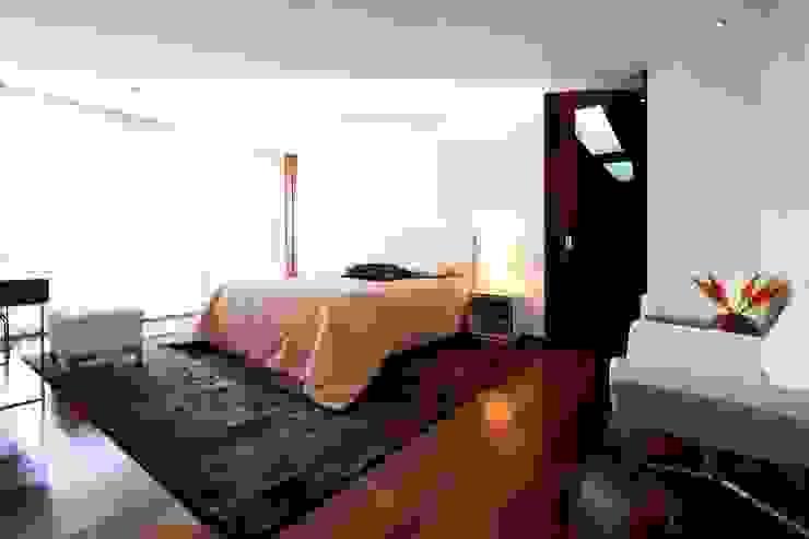 Спальня в стиле минимализм от Risco Singular - Arquitectura Lda Минимализм
